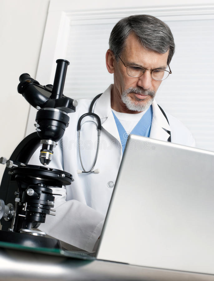 05_doctor-microscope-laptop-computer-13017204.jpg