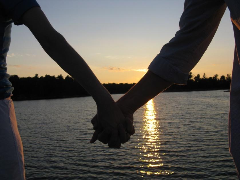 hold hand_01
