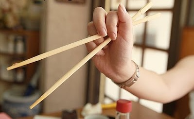 chopsticks incorrect_02 cropped